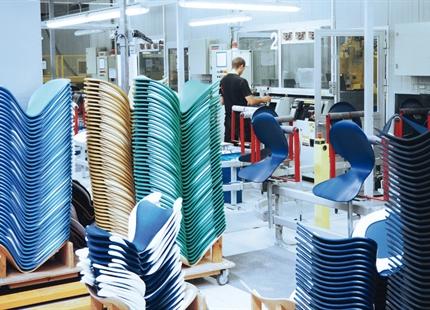 Fritz Hansen: Nawilżanie powietrza w produkcji mebli