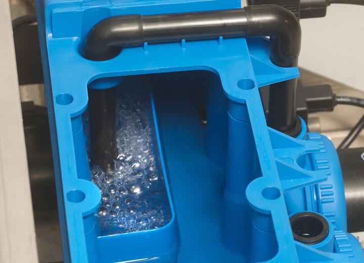 Avlopp med pump avlägsnar kalkrester