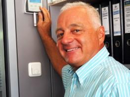 Markus Preimesberger kontrolliert am Steuergerät die relative Luftfeuchte